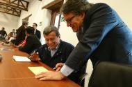 Pablo Beltrán (izq) y Gustavo Bell (der), jefes negociadores de las partes.