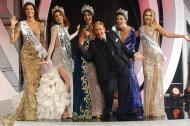 El llamado 'zar de la belleza', Osmel Sousa, aparece entre las reinas, durante la coronación de Sthefany Gutiérrez como Miss Venezuela 2017.