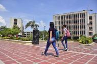 Dos estudiantes caminan al interior de la Uniatlántico, sede norte.