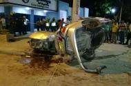 Tras el impacto contra el poste, el vehículo se partió en dos.