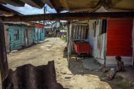 Destapadas y con casas de tablas se encuentran las calles en el sector La Bendición de Dios, en Barranquilla.