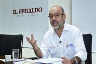 El ministro de Vivienda, Camilo Sánchez durante su visita a EL HERALDO.