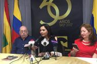 El rector saliente Víctor Armenta, la nueva rectora Claudia Dacunha y Sandra Devia, de la Sala General de Uniautónoma.