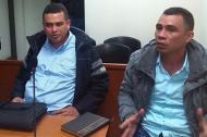 Brayan Borré Barreto, junto a su hermano Juan Manuel, en una audiencia en Bogotá.