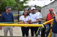 El alcalde Efraín Bello (de blanco), en la entrega de la obra de canalización del arroyo.