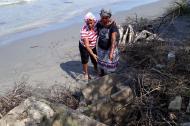 Los tres muertos que Esperanza Guerrero (der.) tenía en el cementerio de Bahía Rada desaparecieron.