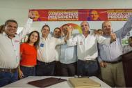 El candidato a la Presidencia Germán Vargas Lleras, en compañía de varios  miembros del Partido de La U.