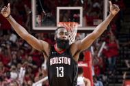 James Harden festeja una canasta de los Houston Rockets
