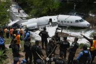 La avioneta se partió en dos partes al caer.