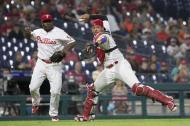 La jugada de 'out' que protagonizó Jorge Alfaro. El receptor reaccionó rápido, atrapó la bola del toque y lanzó a primera.
