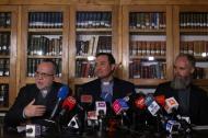 Francisco Astaburuaga, y los sacerdotes y víctimas del sacerdote pedófilo chileno Fernando Karadima, Eugenio de la Fuente y Alejandro Vial, durante la rueda de prensa de este miércoles.