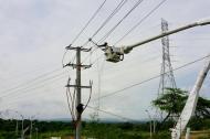 Un operario de la empresa Electricaribe manipula redes eléctricas en el norte de Barranquilla.