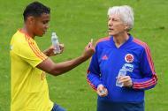 Luis Fernando Muriel hablando con el entrenador José Pékerman.
