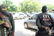 Agentes del CTI y la Policía vigilan en las afueras del complejo judicial de Cartagena.