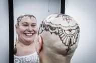 Adela afirma que sentirse bien consigo misma es clave para superar el tratamiento. La realización del tatuaje temporal duró aproximadamente dos horas.