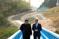 El líder de Corea del Norte, Kim Jong Un, camina junto al presidente de Corea del Sur, Moon Jae In.