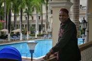 El príncipe de Camerún posó en los jardines del Hotel El Prado.