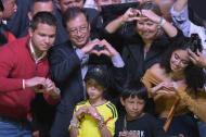 Gustavo Petro saluda a sus seguidores rodeada por su esposa y sus hijos.