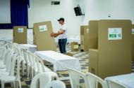 Un funcionario de la Registraduría instala las mesas de votación.