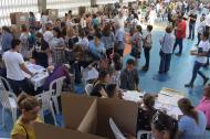 Un grupo de electores en momentos en que sufragaban en los comicios del 11 de marzo en el Colegio Biffi la Salle, norte de Barranquilla.