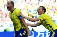 El defensa de Suecia, Andreas Granqvist, celebra su gol anotado de tiro penal.