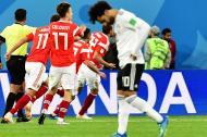 Los jugadores rusos festejan el tanto de Artem Dzyuba. Mohamed Salah se lamenta.