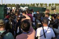 Los medios de comunicación intentando ingresar para el cubrimiento de un entrenamiento de Argentina en  Bronnitsy.