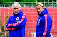 El DT Pékerman junto a su ayudante Pablo Garabelo.