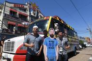 Roberto, Matthew, Daniel y 'Javier' posan al lado del automotor que llevaron a Rusia.