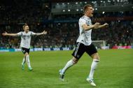 Tony Kroos de Alemania celebra el gol ante Suecia.