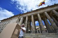 Una bandera de Colombia ondea frente al Congreso de la República.