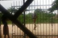 El video muestra a uno de los hombres que saqueó el camión cargado de cerveza.