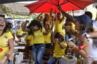 Hinchas celebran el segundo gol de la selección Colombia ante Polonia, en el norte de la ciudad.