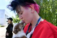 Una empleada de la fundación estadounidense Clean Futures Fund (CFF) carga uno de los perros listos para ser adoptados.