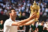 El serbio Novak Djokovic mostrando su trofeo