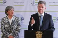 El presidente Juan Manuel Santos acompañado de Patricia Linares, presidenta de la JEP.