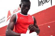 Yuberjen Martínez acomodándose la venda parta saltar al ring en el campeonato nacional de boxeo.