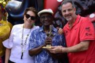 Cuco Valoy recibió el Congo de Oro del Pueblo de manos del secretario de Cultura, Juan José Jaramillo, y de la directora de Carnaval, Carla Celia.