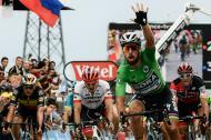 Peter Sagan levanta la mano tras ganar la etapa 13.