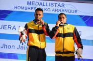 Francisco Mosquera (izq.) y Jhon Serna (der.) posan con sus medallas.