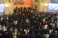 El Congreso en pleno permanece de pie durante los actos protocolarios en el Salón Elíptico.