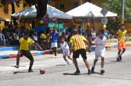 Niños y jóvenes, entre los 6 y 15 años de edad, jugaron un partido de microfútbol para ganarse un trofeo.