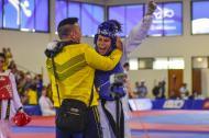 Tras ganar el combate, Andrea Ramírez salió rauda a abrazar a su entrenador.