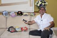 El alcalde Alejandro Char con sus nueve gorras favoritas, durante la entrevista con EL HERALDO.