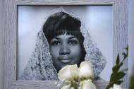Portarretrato de la 'reina del soul' colocado sobre su estrella en el paseo de la fama de Hollywood.