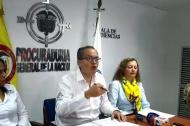 El procurador Fernando Carrillo en la rueda de prensa en Santa Marta. A su derecha la nueva jefa del Ministerio Público en el Magdalena, Ligia Morales.