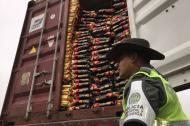 Un uniformado custodia el carbón que iba a ser exportado por barco al Caribe.