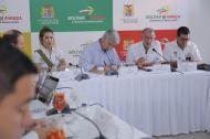 El ministro de Salud, Juan Pablo Uribe, toma nota de la situación del hospital Cari durante una reunión con el gobernador Eduardo Verano.