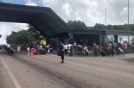 Venezolanos salen expulsados de la ciudad fronteriza de Paracaima, Brasil.