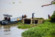 Operarios de Triple A y de la Armada trabajan en la instalación de la barrera.